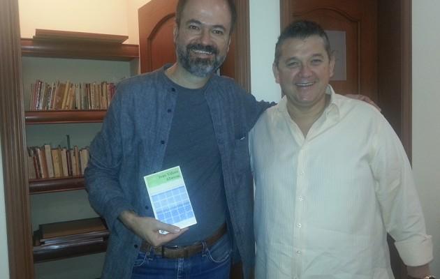 Jorge Octavio Vázquez González recibe a Juan Villoro en la biblioteca Fernando Benítez
